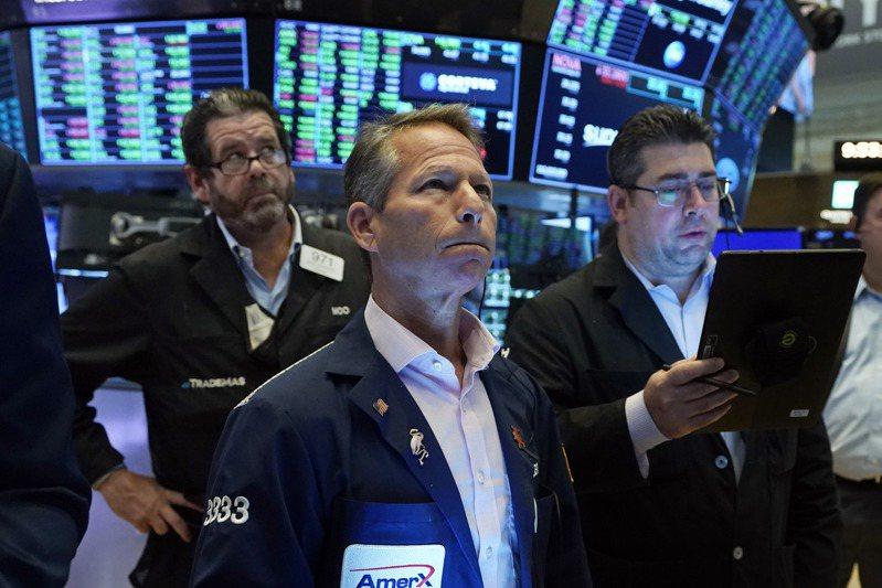 美股28日收低,美債殖利率上揚、對通膨升高的擔憂加劇,以及美國朝野對舉債上限的看法分歧這三大因素,促使股市賣壓湧現。美聯社
