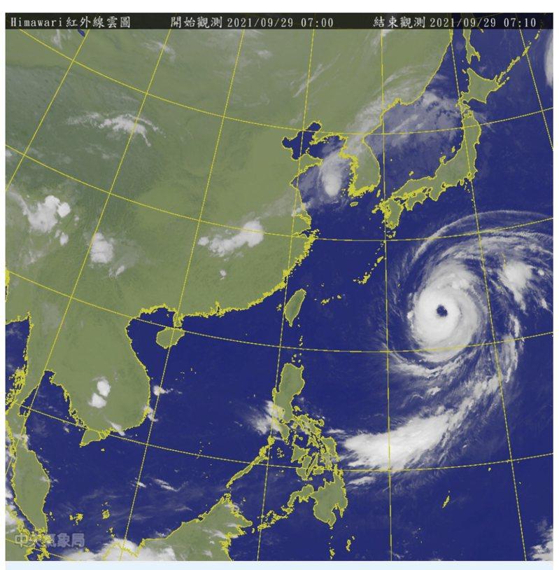 「蒲公英」颱風曾達今年第2強,雖已過顛峰,但由於雙眼牆的置換過程仍在進行,致使減弱速度非常緩慢;今(29日)晨2時仍維持中颱上限(48米/秒)的強度。圖/氣象局提供