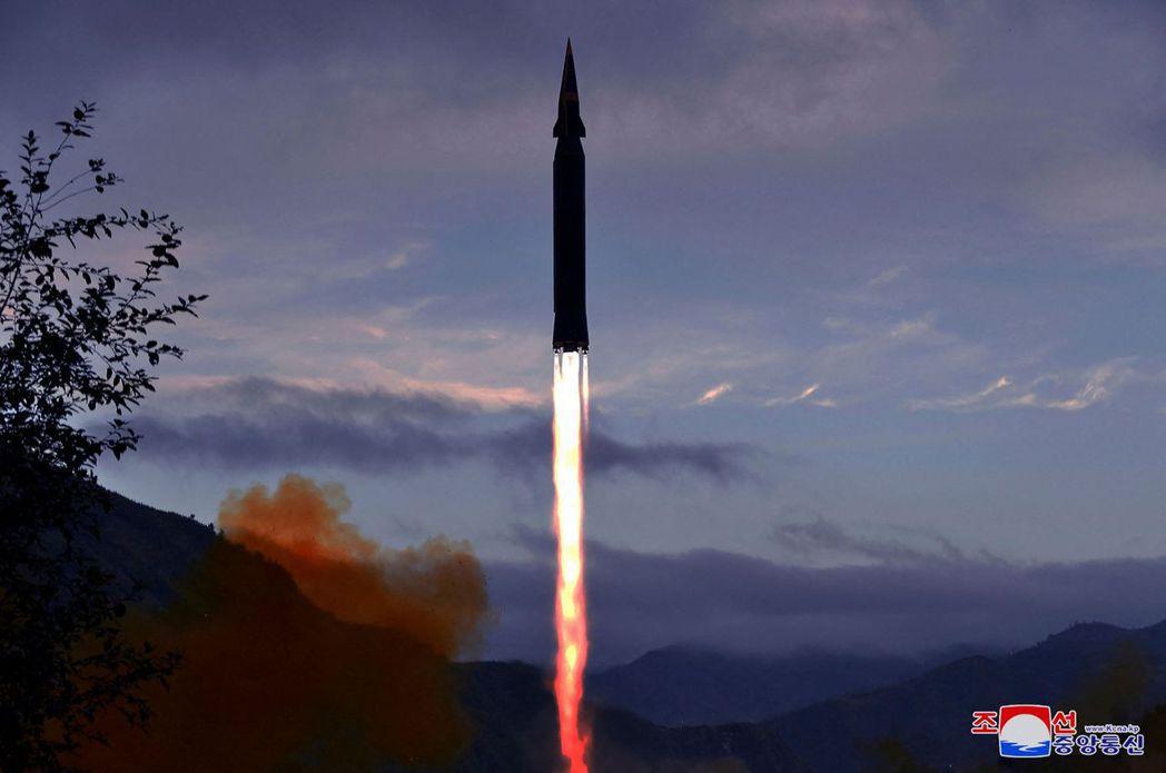 北韓當局29日表示,在前一天已經進行新開發的超高音速導彈的首次試射,該導彈在加強...