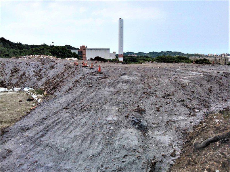 基隆市環保局將天化天焚化廠燃燒廢物產生的底渣,未篩分就堆置在緊急掩埋區,填平後又堆出一座小山。記者邱瑞杰/攝影