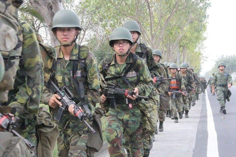 107年開始實施的軍事訓練役僅受訓4個月,國防部將調整在前5周新兵訓練後,接下來11周將改分發到各主戰部隊念。圖/國防部