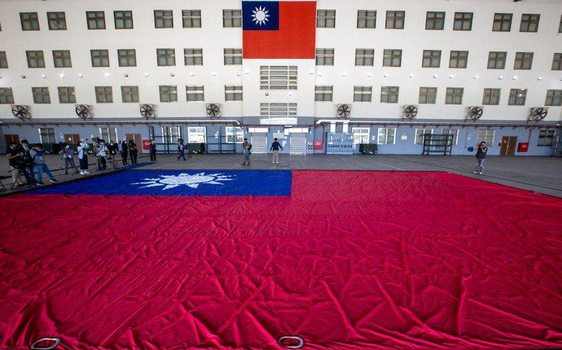 軍方在龍城營區展開國慶吊掛巨幅國旗,長18公尺、寬12公尺、重45公斤,估地約65坪,委託軍備局專案製作,在每個縫接處特別強化耐風壓。記者季相儒/攝影