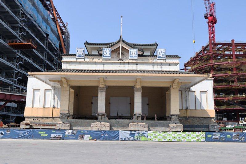 高雄車站日式帝冠式建築19年前因鐵路地下化工程暫時遷移,台灣的工程團隊接下重任,安全將老車站移回原址。記者劉學聖/攝影