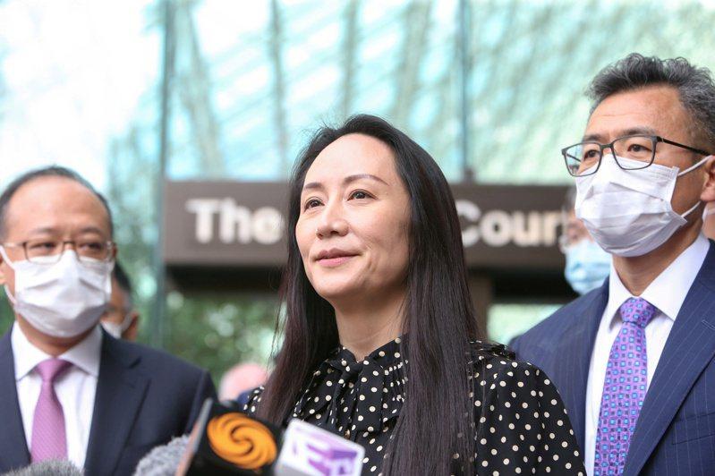 華為前財務長孟晚舟24日在加拿大獲釋,圖為她在溫哥華卑詩省最高法院外對媒體發表談話。路透