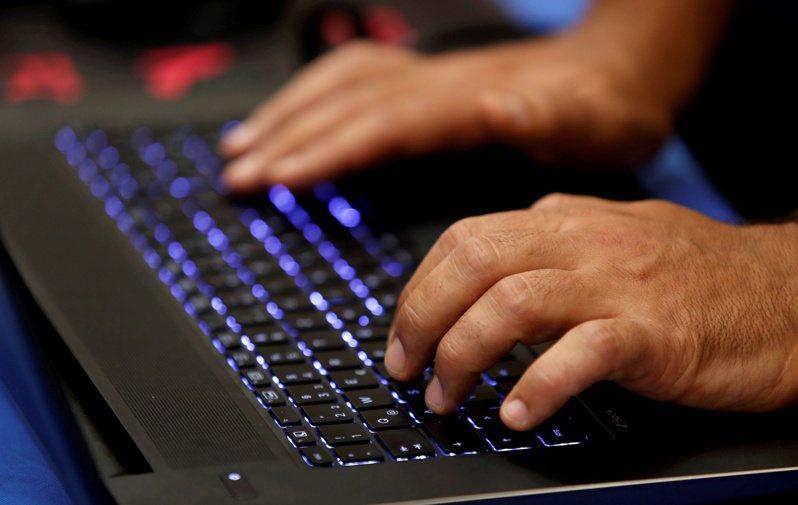 台北市電腦公會曾發布一則新聞,指出政府採購軟硬體維護合約計價標準遠低於國際標準,更逐年遞減,嚴重影響廠商營運。圖為示意圖。路透