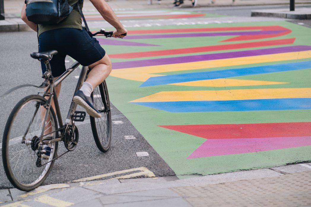 以幾何色塊、條紋和圓點相互交疊出爆炸色彩,讓天氣陰晴不定的倫敦多了幾分活躍因子。...
