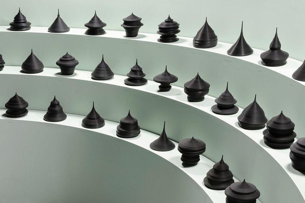 每個不同形狀的雕塑,都呈現出不同國家的人口結構。圖/摘自Mathieu Leha...