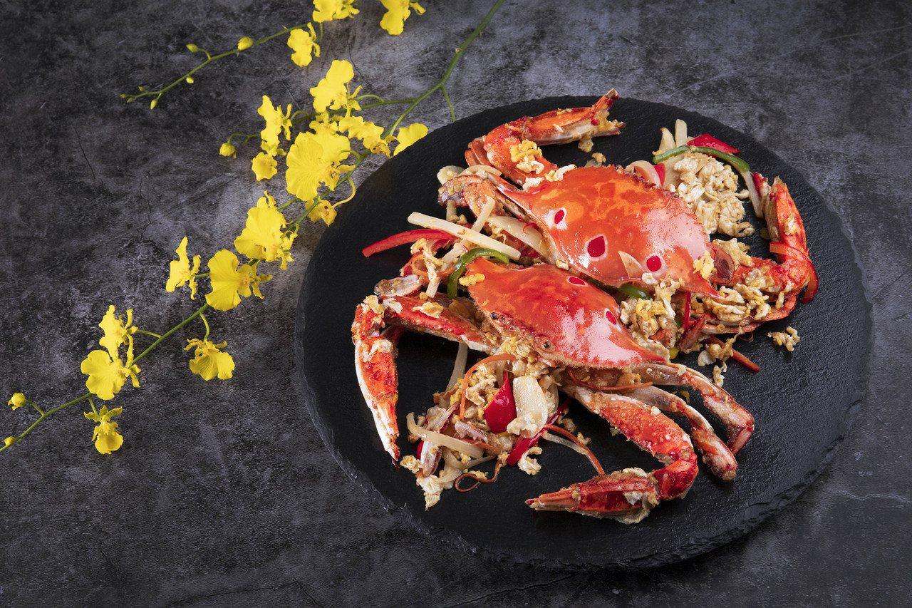 秋蟹滋味最美,多家星級飯店也端出各種蟹料理,圖為凱達飯店濃濃台式風情的「台式洋蔥...