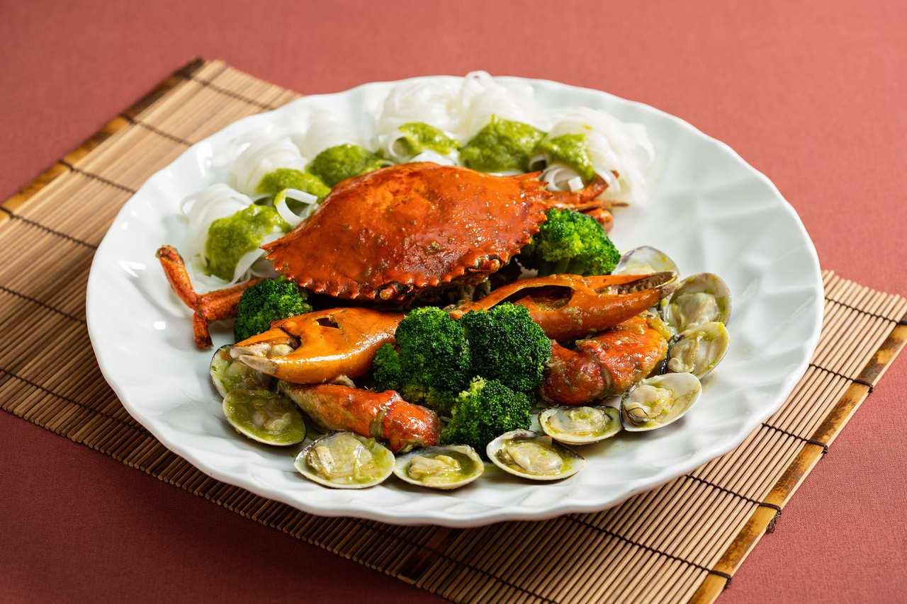 蟹料理多樣化,居家清蒸最美,台北國賓川菜廳推出秋蟹盛宴,也可一嘗,圖為「青醬大沙...