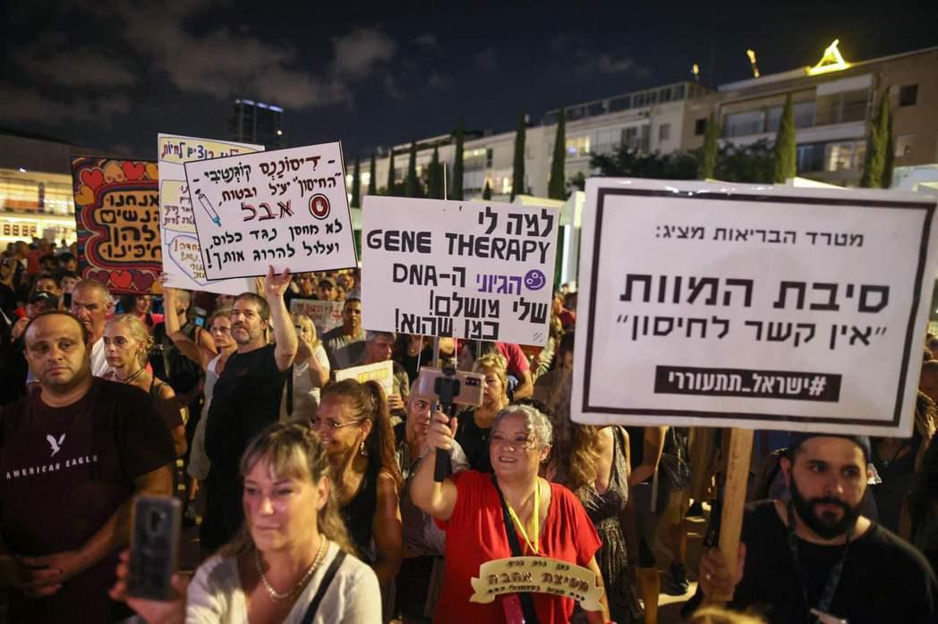 圖為以色列民眾為抗議政府因應疫情實施新的管制措施,而在此前一日政府才剛宣布50歲以上民眾可接種追加劑。 圖/法新社