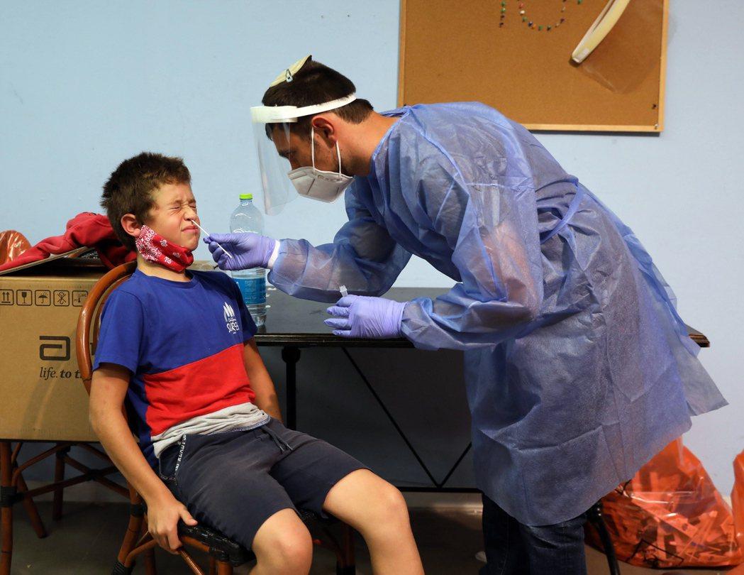 以色列政府規定12歲以上兒童如果選擇不接種疫苗,就必須支付病毒測試費用。 圖/歐新社
