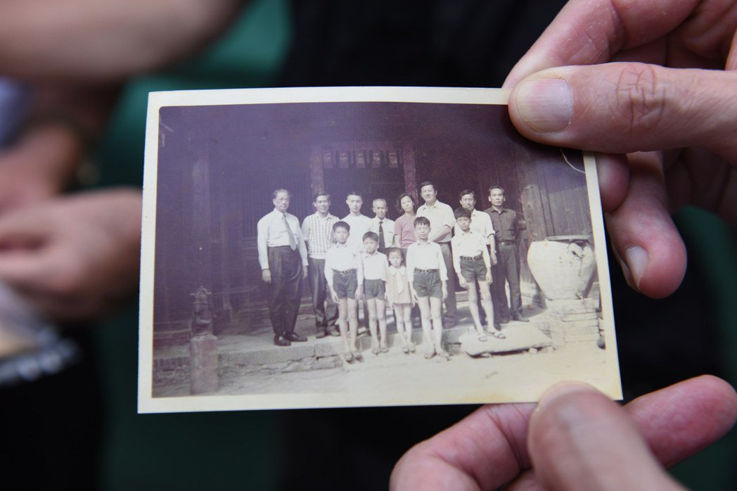 許家後代出示家族在太岳之胤合影的舊照片。 圖/作者提供