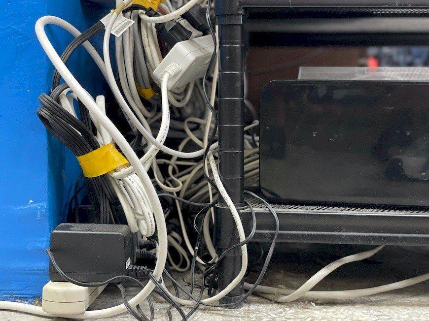 過度使用延長線或將電線綑綁凹折,都是不正確的用電方式。 圖/新北市政府消防局 提...