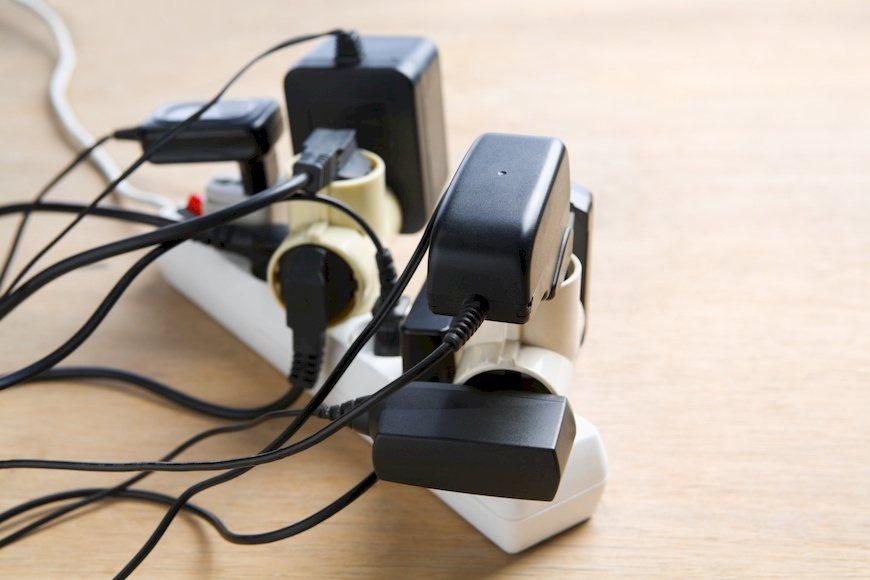 老屋要自主進行居家用電檢測,不同時使用高耗電電器用品。 圖/Shuttersto...