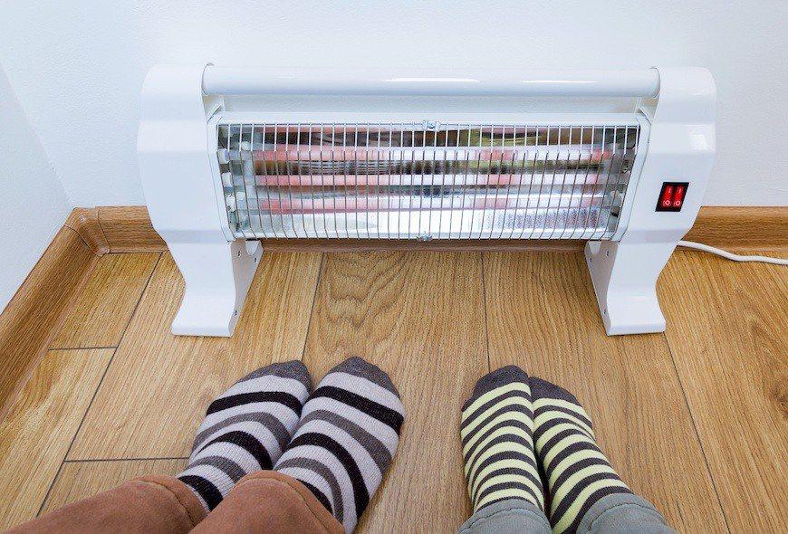 冬季常有長者將電熱爐置於腳邊,導致睡著後發生燙傷事件。 圖/Shuttersto...