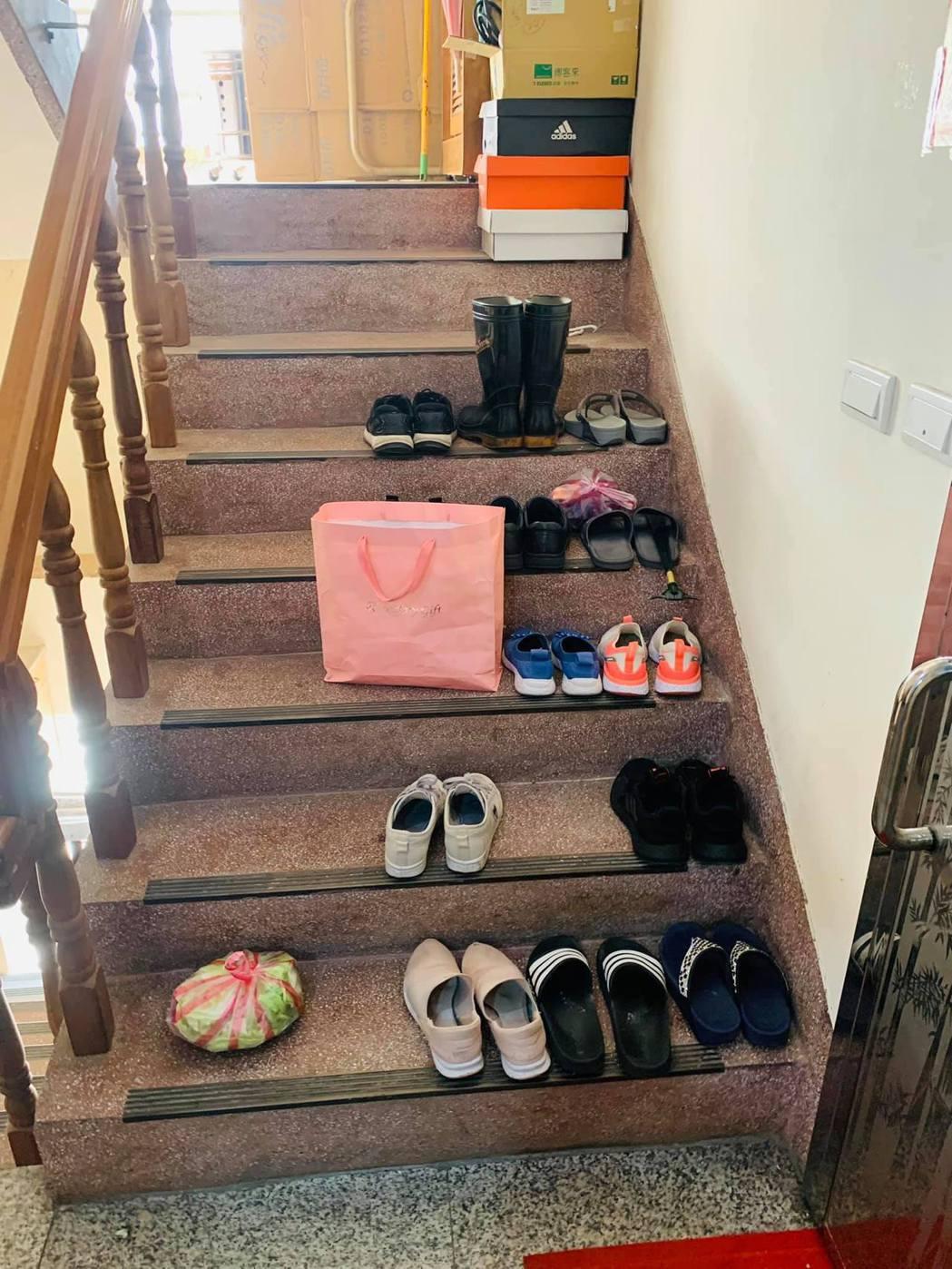 一名網友看到自家樓梯間擺滿鞋子,氣得拍照公審。 圖擷自臉書社團「爆怨公社」