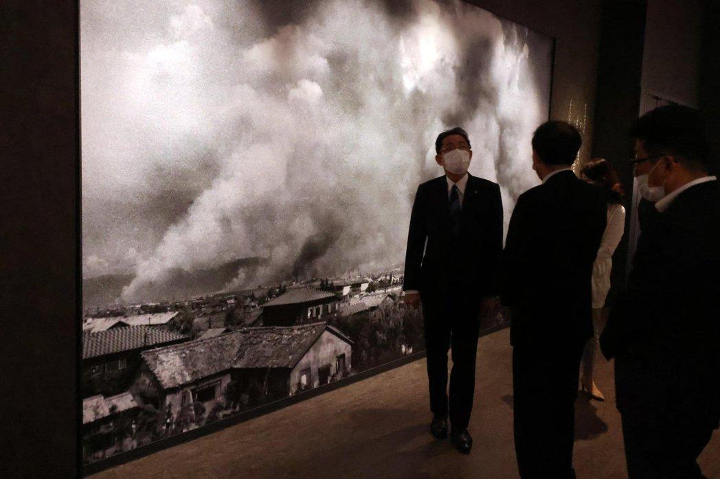 岸田文雄在廣島原爆資料館。在岸田文雄當選總裁之後,廣島地方的被暴者遺族團體,就表...