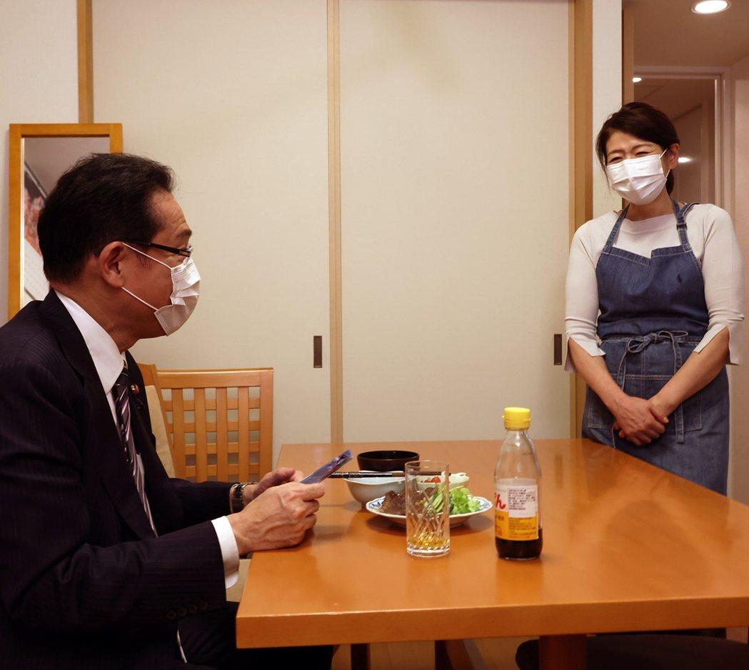 岸田文雄是政界有名的「愛妻家」,與妻子裕子的相處日常,不時會在岸田自己的Twit...
