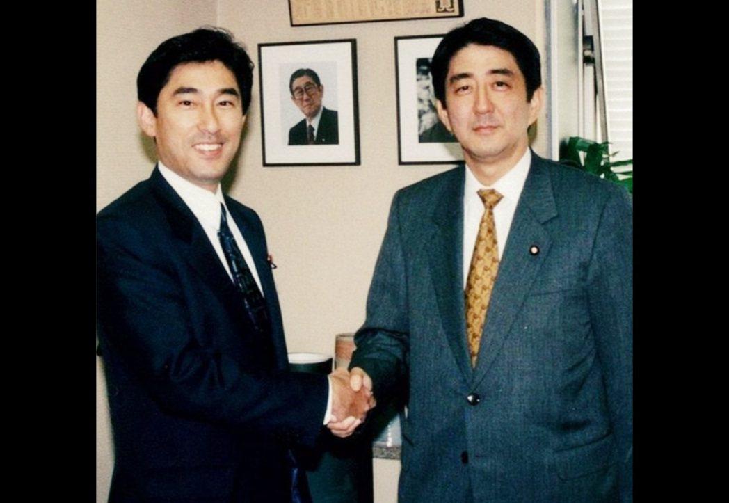 青年時代的岸田文雄與安倍晉三。兩人早年就有交情,1997年時依一同訪問過台灣,黨...