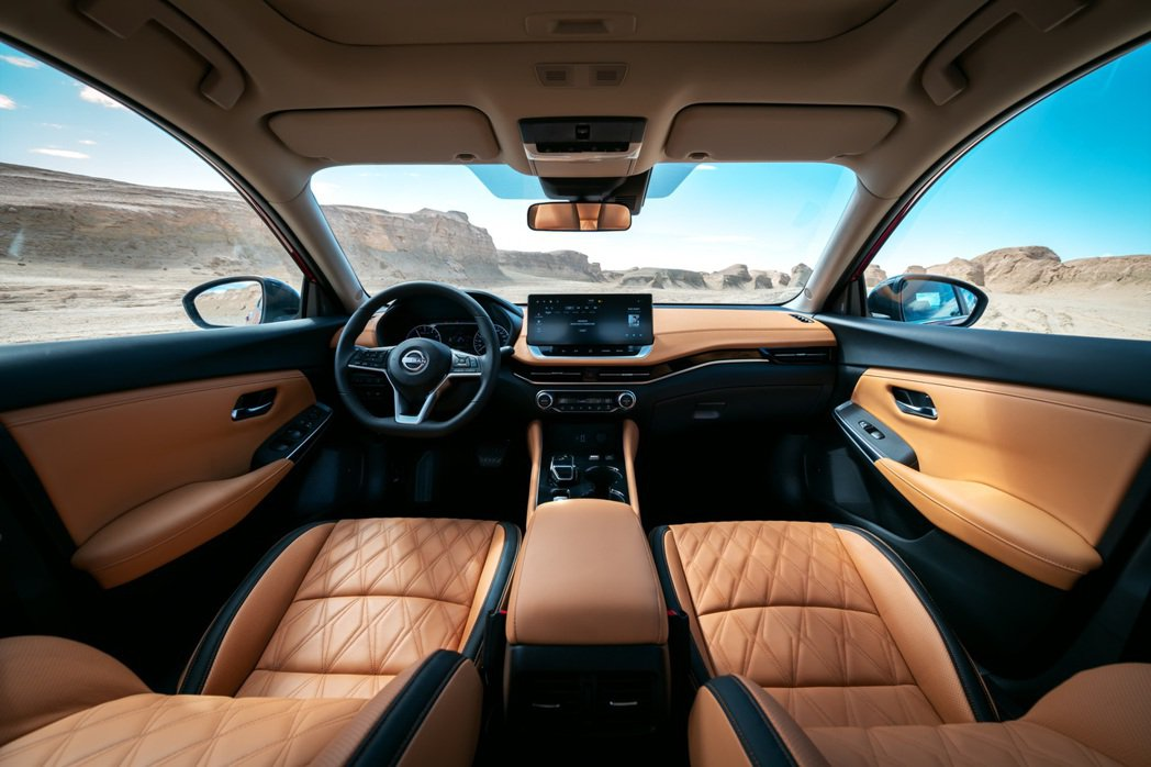 軒逸e-POWER內裝鋪陳與燃油版相同,僅在排檔桿上做了e-POWER車型的變更...
