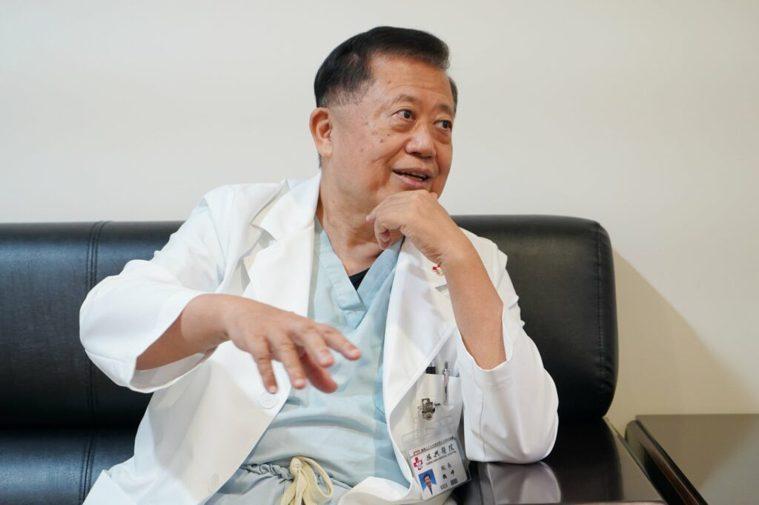 每日穿梭於手術室與病房間,魏崢還沒換下刷手服就來接受醫學有故事專訪,並說:「等等...