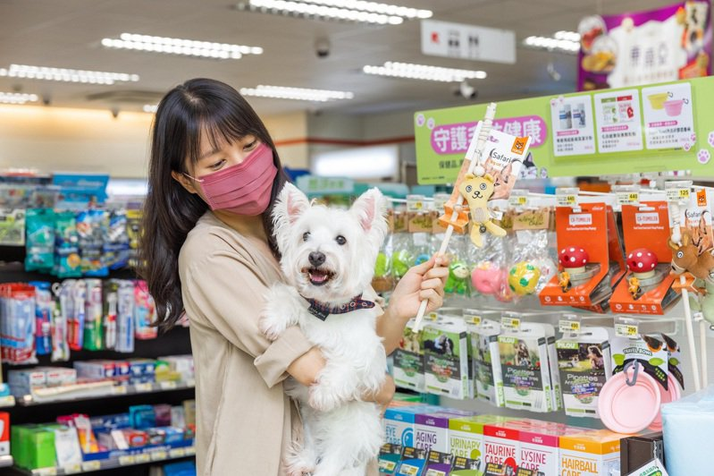 超商龍頭7-ELEVEN攜手網紅品牌「汪喵星球」及寵物名店「寵物公園」,不但導入人氣熱銷品項,還依照商圈特性打造寵物選品店。圖/7-ELEVEN提供