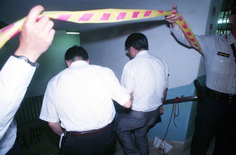1994年間北市內湖區新湖國小女教師吳曉蕙在校內遭殺害,她的父親吳振吉時任北市中正一分局副分局長,震驚社會。圖為現場偵辦情形。圖/聯合報系資料照片
