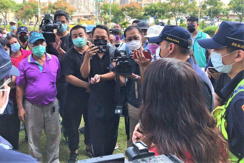 網紅許奕(左二)和高樹鄉新南村長張吉源(左)帶領40多人搭乘遊覽車前往屏東縣衛生局陳情,要求別再把暴力傷人的楊姓男子放出來。圖/民眾提供