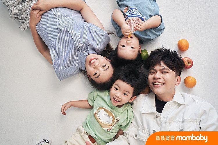 蔡阿嘎(左)與二伯帶2兒子蔡桃貴、蔡波能拍攝雜誌封面。圖/媽媽寶寶雜誌提供