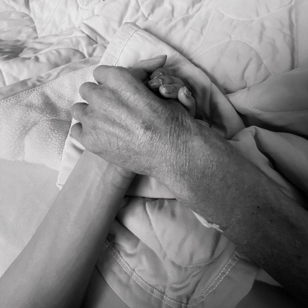 琳妲最後一次緊握父親的手。 圖/擷自琳妲IG
