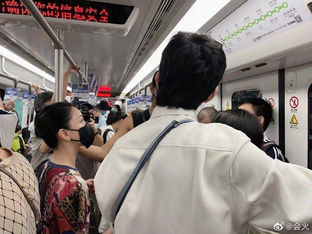 網友搭地鐵偶遇周迅。 圖/擷自微博