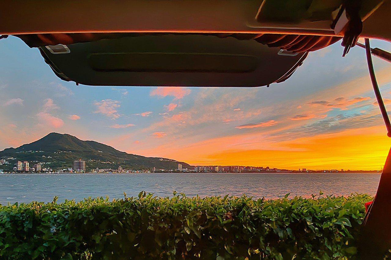 打開尾門就可享受美景,是車泊運動的迷人之處。 圖/取自車床天地臉書社團