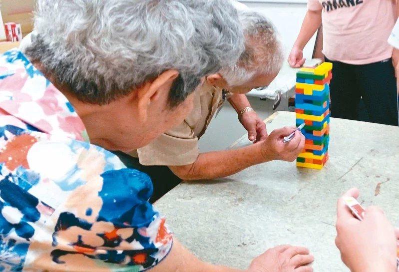 台北榮總高齡醫學中心在各社區據點推動多元介入方案,透過認知訓練課程,可有效延緩「...