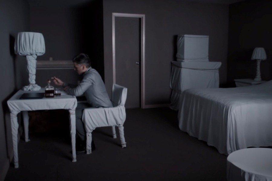 即使出獄之後,他居無定所流連在汽車旅館,以白色簾幕遮掩床鋪、綑綁家具,宛如囚禁在自我墳墓之中,孤獨伴隨美國深厚的罪孽而死去。圖為《算牌手》劇照。 圖/焦點影業