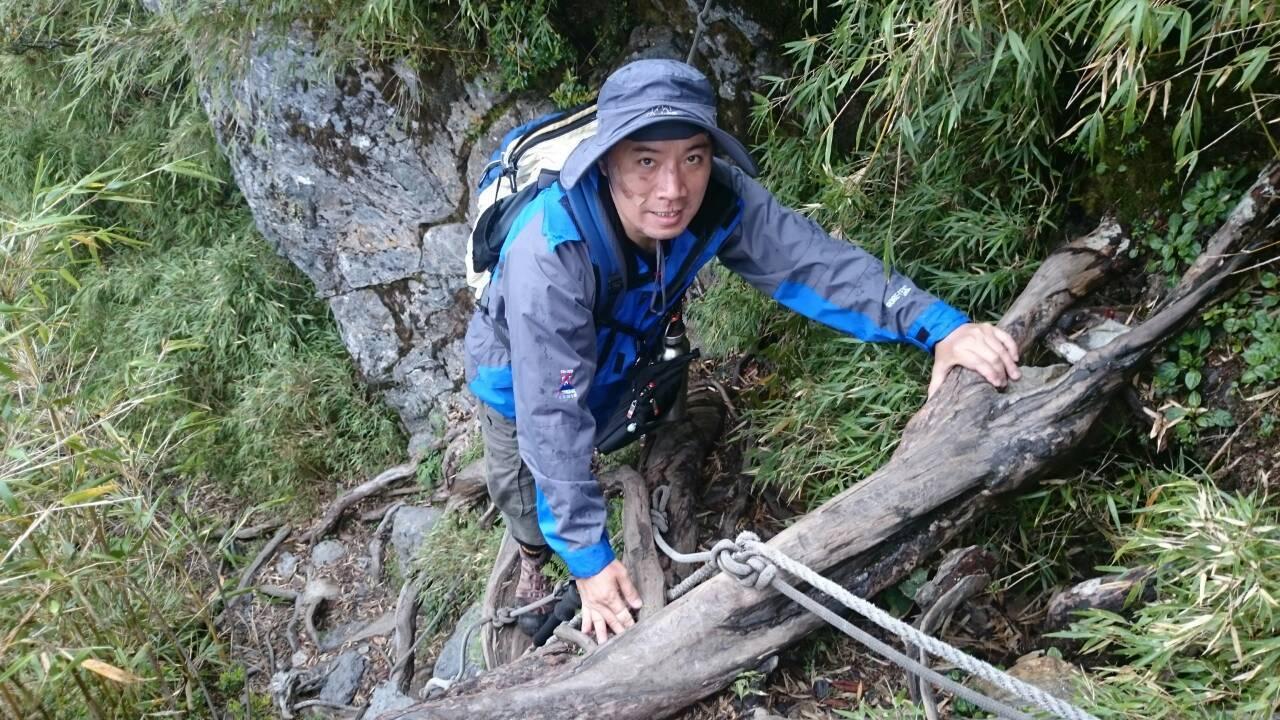5年前許啟明與幾名友人同登北大武山,路途不慎滑落山溝,順利獲救後看傷勢無礙,擦乾...