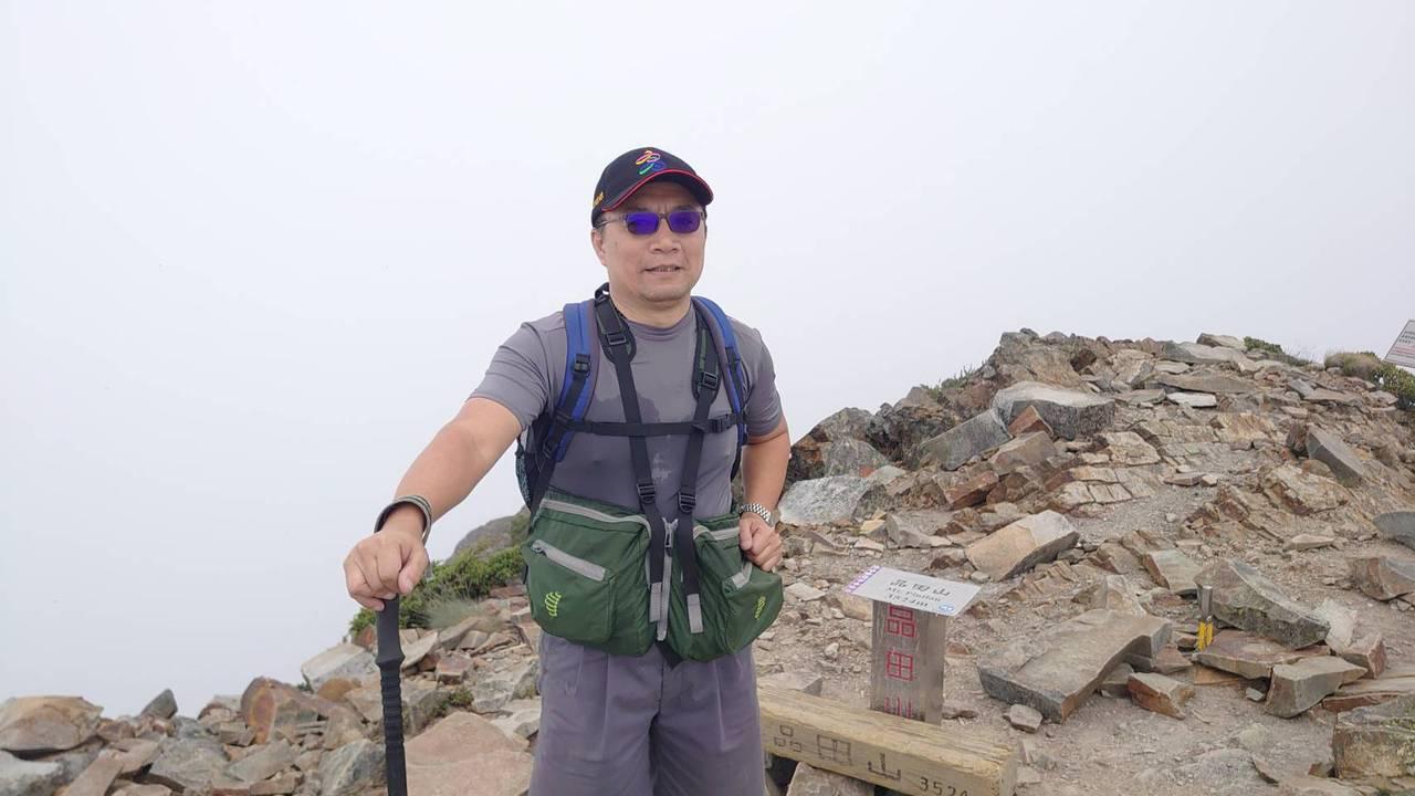 熱愛登山的高雄市交通局主秘許啟明,不僅將登山當興趣,還是他紓壓、充電的管道,從戶...