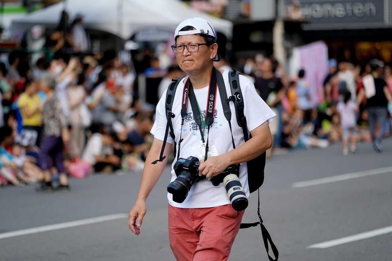 基隆市政府退休科長謝志煌(右)迷上攝影和空拍。 圖/陳逸宏攝影、謝志煌提供