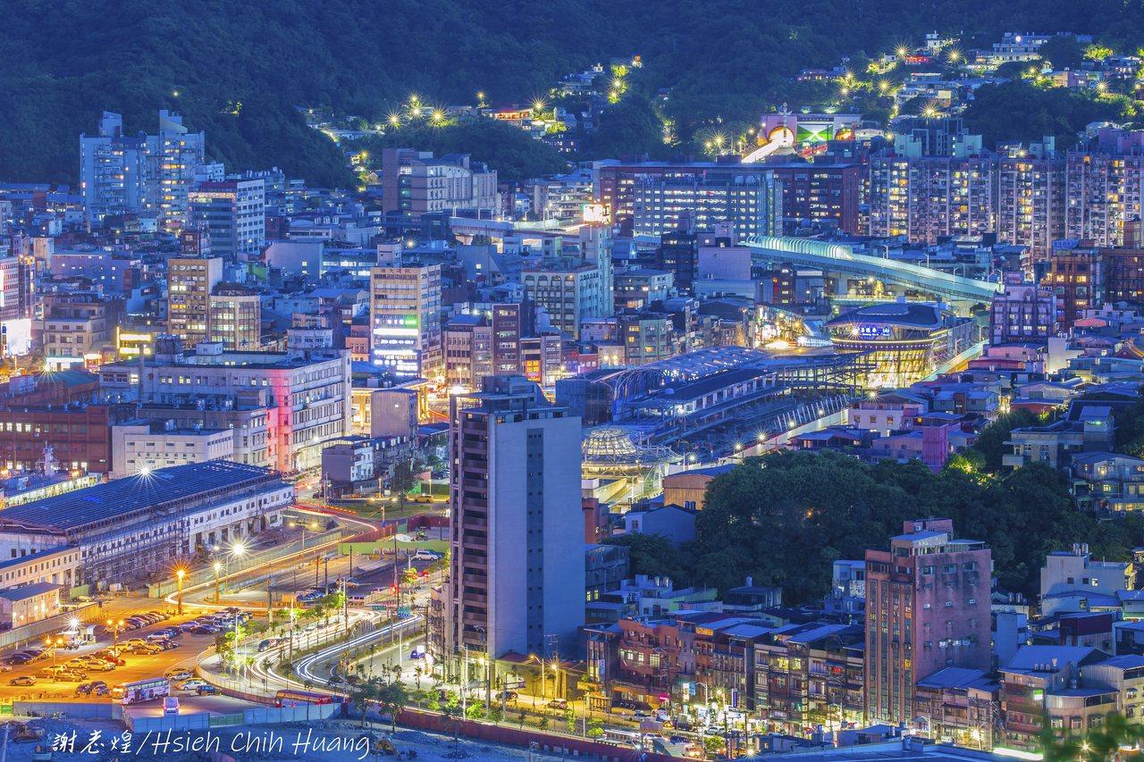 退休公務員謝志煌拍攝的基隆夜景。 圖/謝志煌提供