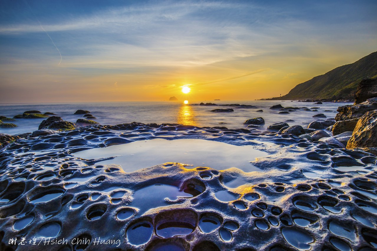 退休公務員謝志煌在基隆外木山海濱拍攝日出。 圖/謝志煌提供