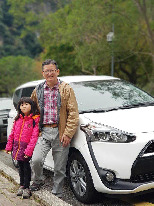 基隆市政府退休科長謝志煌(右)喜愛攝影,女兒是最佳模特兒。 圖/謝志煌提供