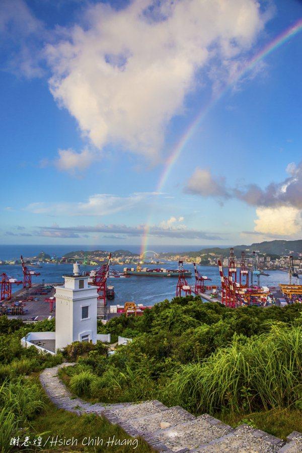 退休公務員謝志煌在基隆球子山拍攝燈塔、基隆港和彩虹。 圖/謝志煌提供