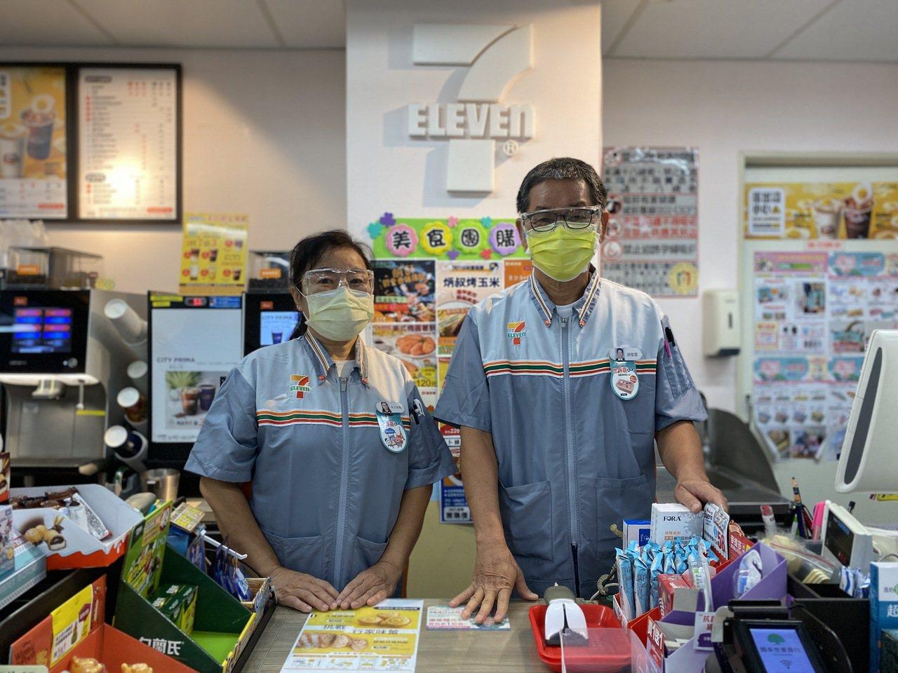 樂齡店員60歲王双鳳(左)與65歲胡俊富,抱持不斷學習精神在超商工作,開啟人生新...