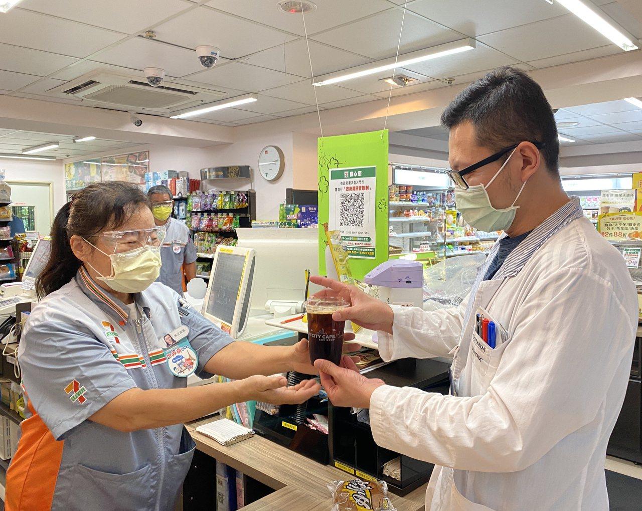樂齡店員60歲王双鳳(左)曾是保母,轉戰服務業成為超商店員,開啟人生新挑戰。 圖...