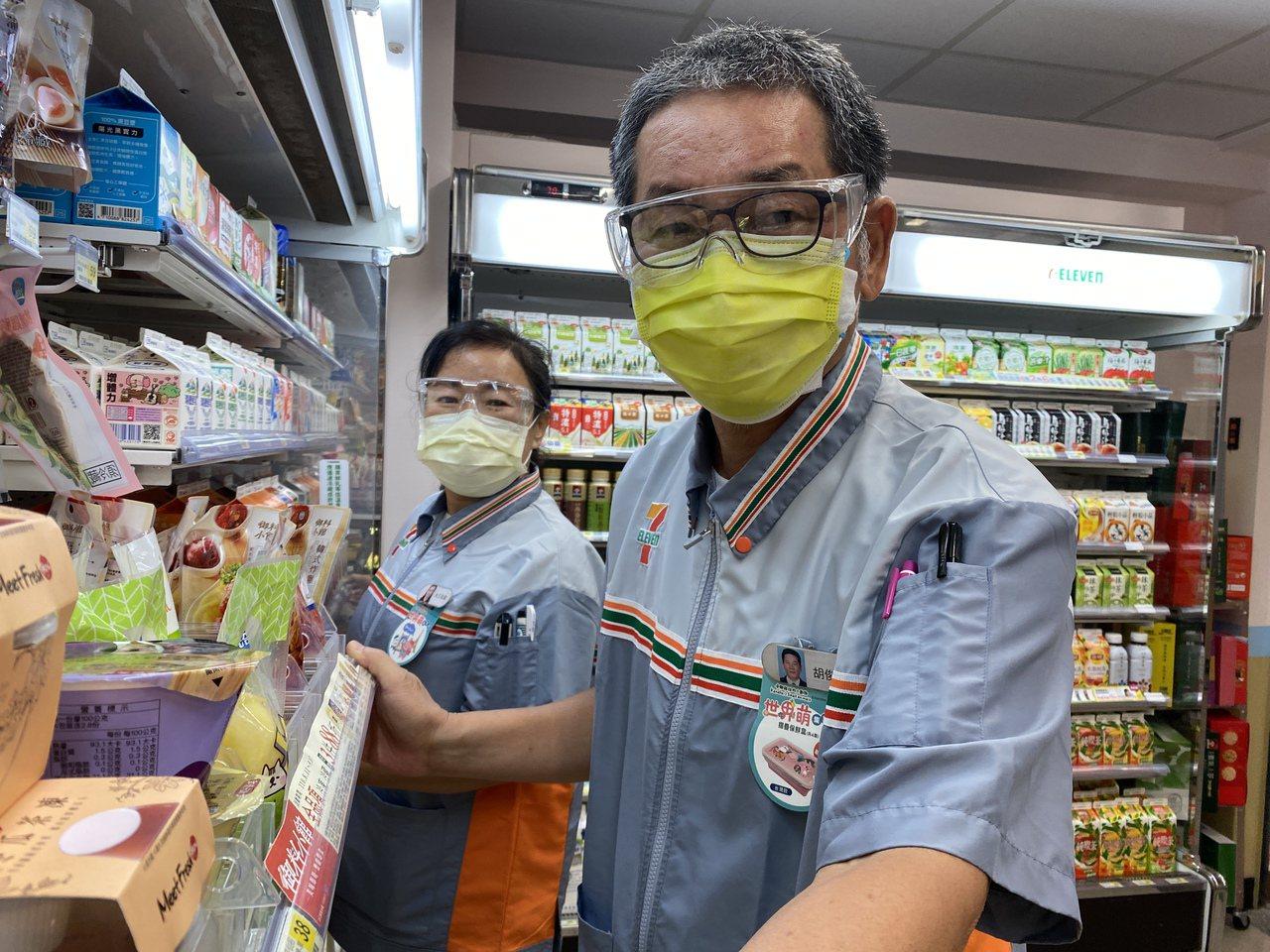 樂齡店員60歲王双鳳(後)與65歲胡俊富(前),抱持不斷學習精神,在超商工作,開...