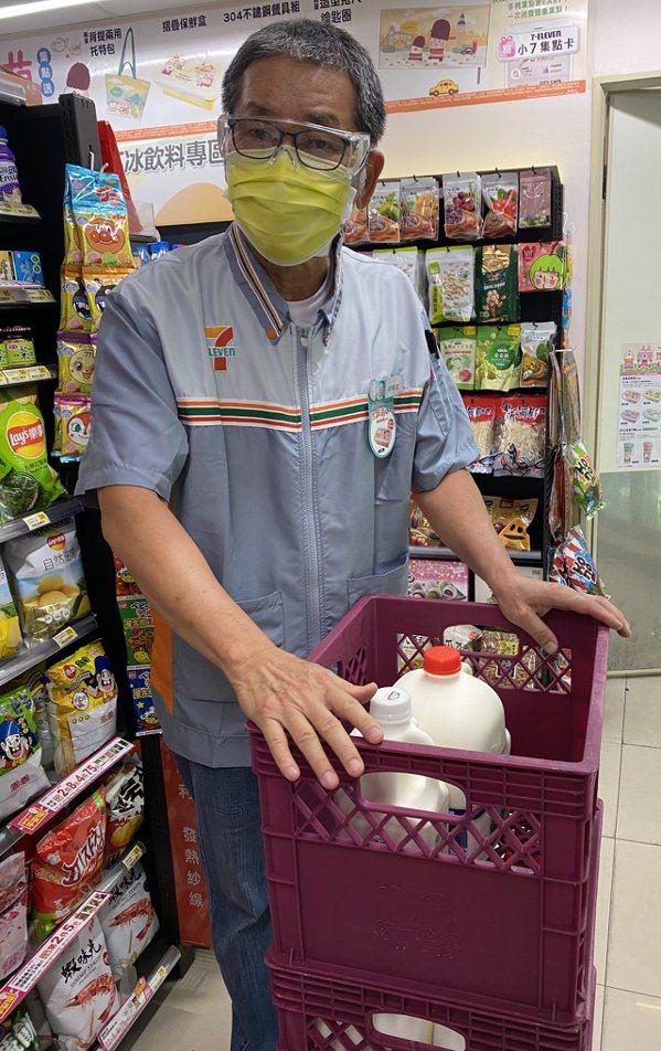 65歲胡俊富中年從警職退休,到社區當志工,穿上超商制服重回職場,他說「覺得我還有...