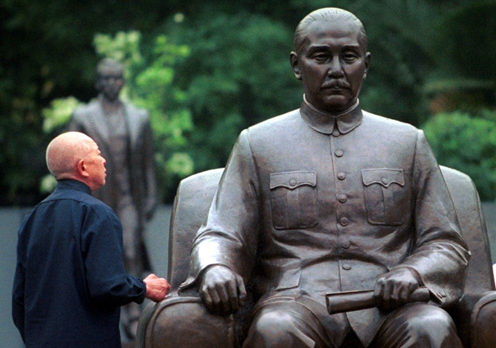 民眾望向孫中山銅像。非本文所指當事人。 圖/聯合報系資料照