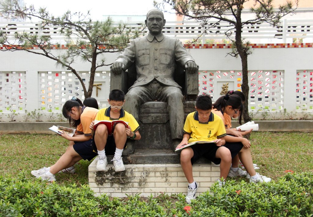 學生在國父銅像的座下讀書。非本文所指當事人。 圖/聯合報系資料照