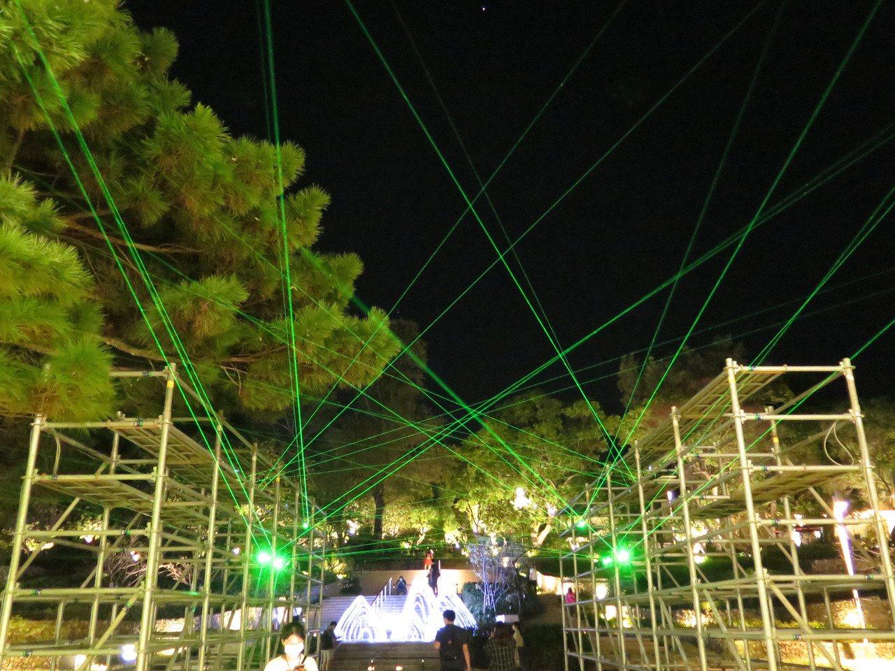 一踏入新竹公園,映入眼簾的是「裝置微光計劃 : 織築」,多道雷射光交織在空中,極...
