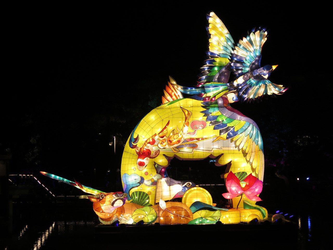 新竹光臨藝術節第二彈「科技未來」展期,最受矚目的展品之一是坐落新竹公園麗池池畔的...