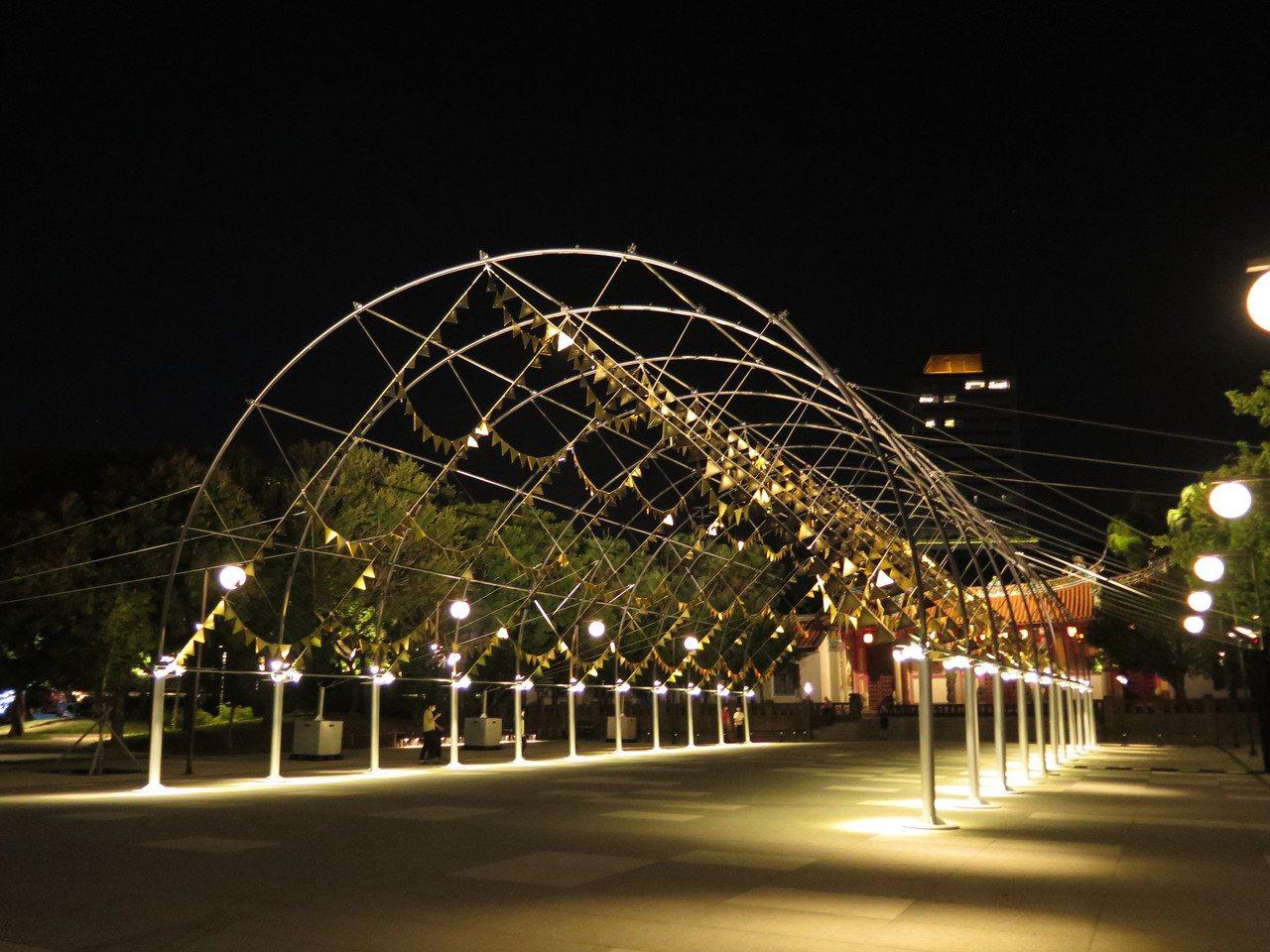 新竹公園的光臨藝術節展品與燈飾不少,來到新竹孔廟還有「嘉年華」藝術品。 圖/張裕...